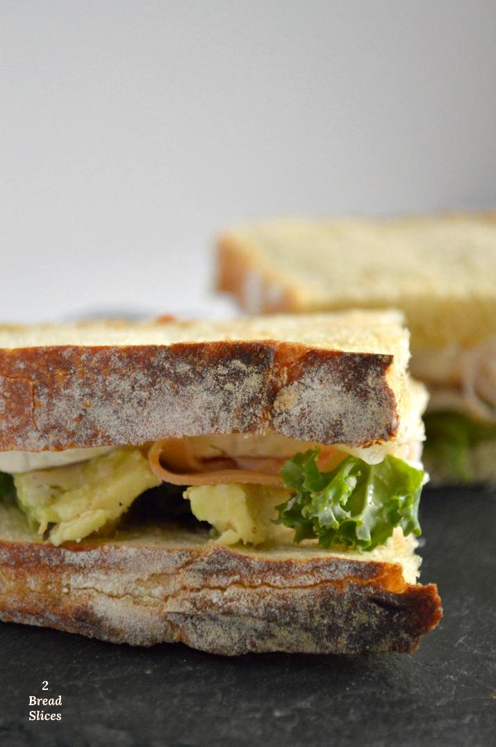 Sandwich de Pavo, Aguacate y Queso de Cabra.