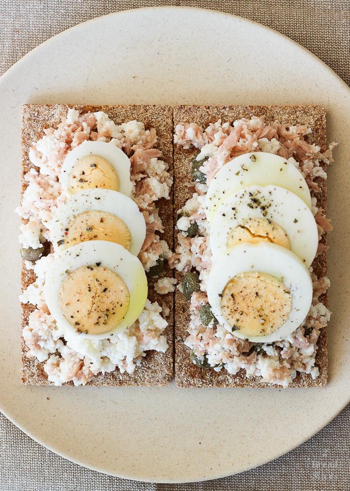 Open atún ricotta huevo