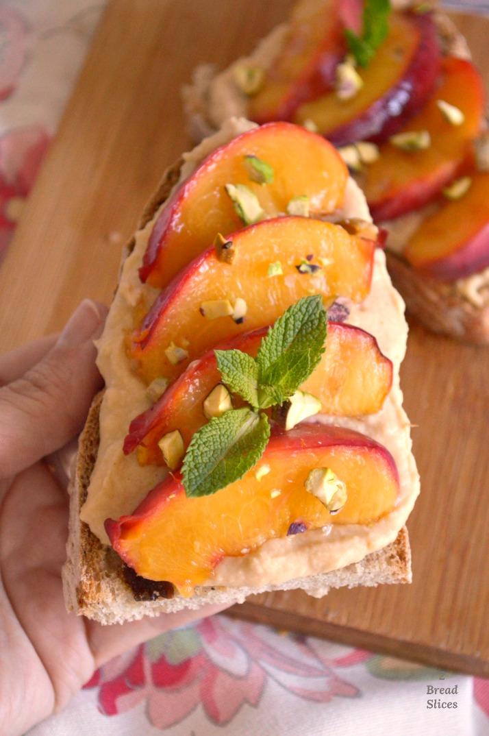 Open Sandwich de Nectarina y Crema de Alubias