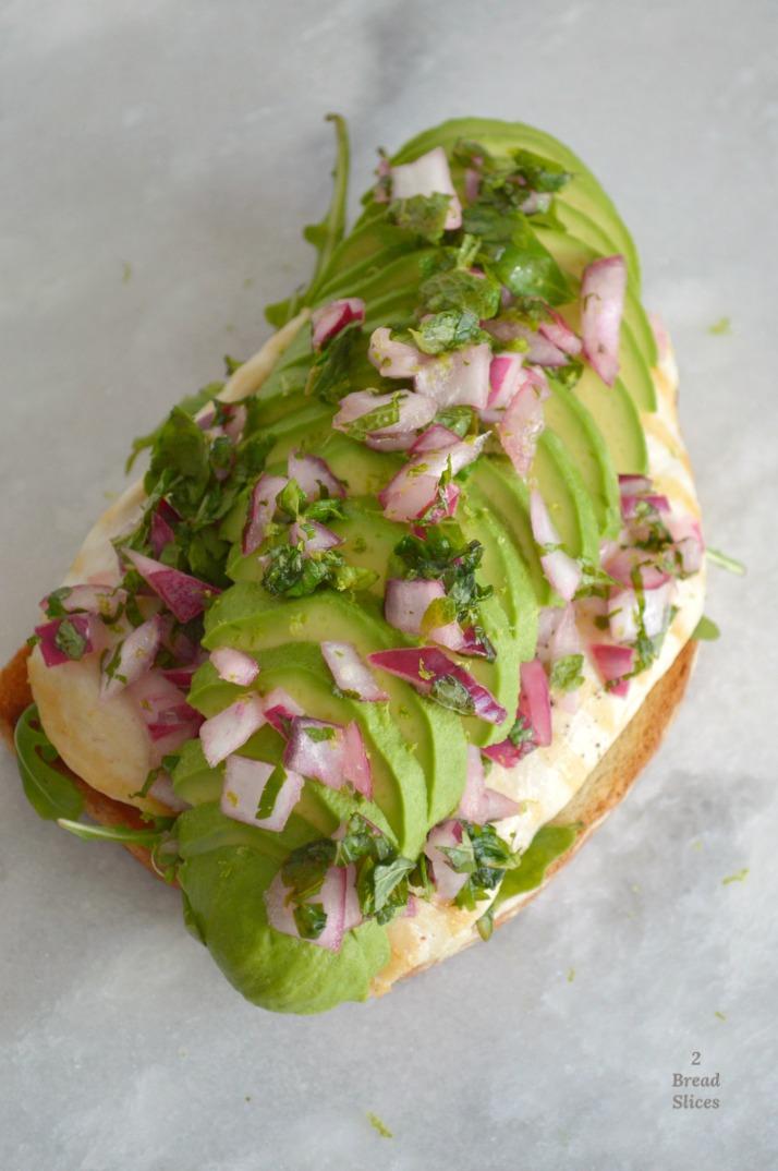 Sandwich de Pollo con Aguacate y Menta