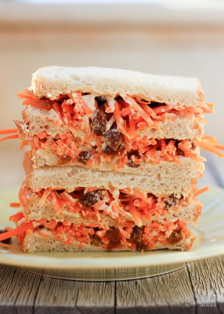 Sandwich de hummus, zanahoria y pasas