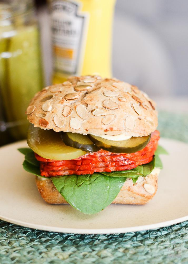 Sandwich de lomo adobado y pepinillos
