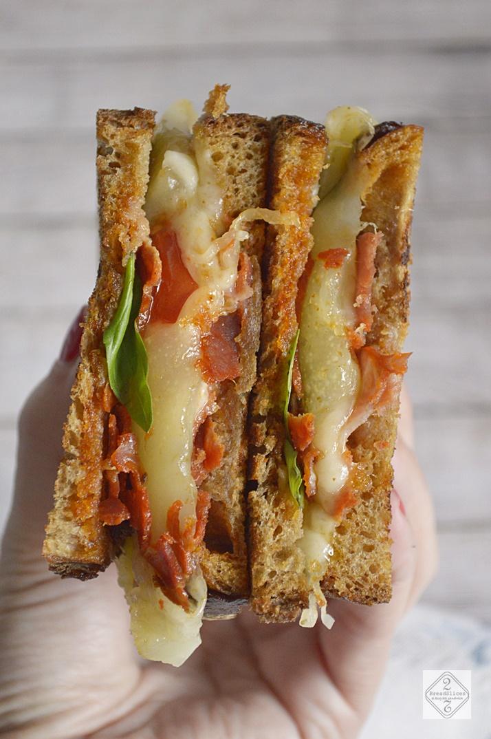 Sandwich de Chorizo, Queso y Albahaca