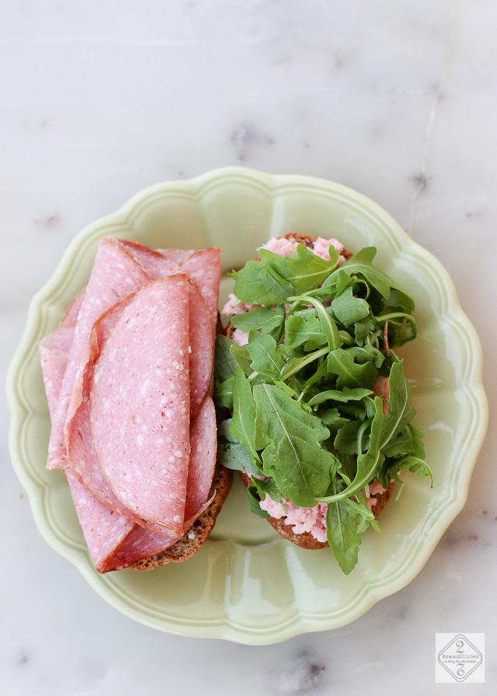 Sandwich de mortadela y salsa de rabanitos