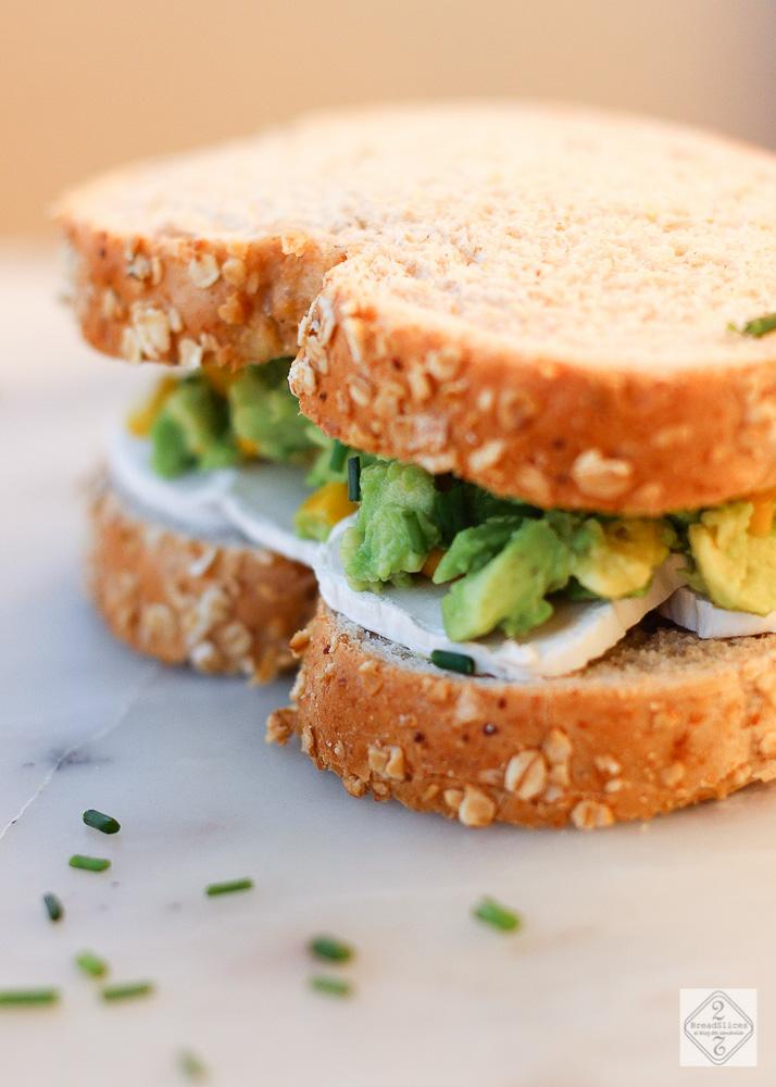 Sandwich de aguacate maíz y queso de cabra