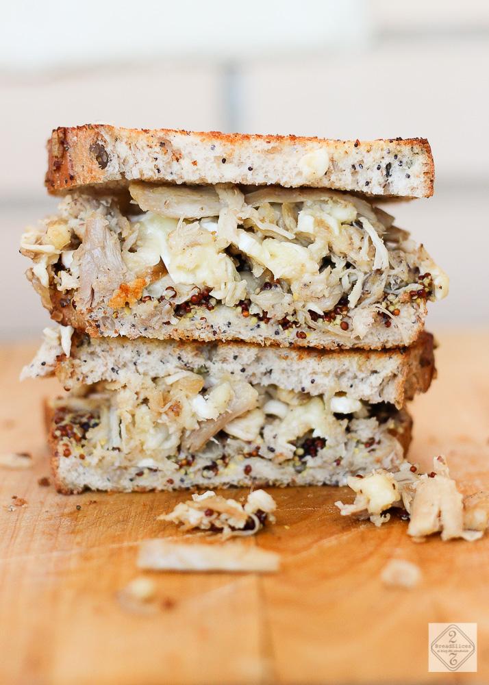 Sandwich de pollo, queso y mostaza