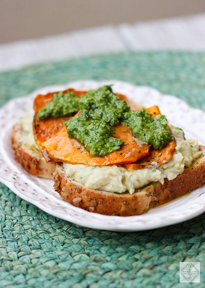 Sandwich de untable de judías, batata y pesto de rúcula
