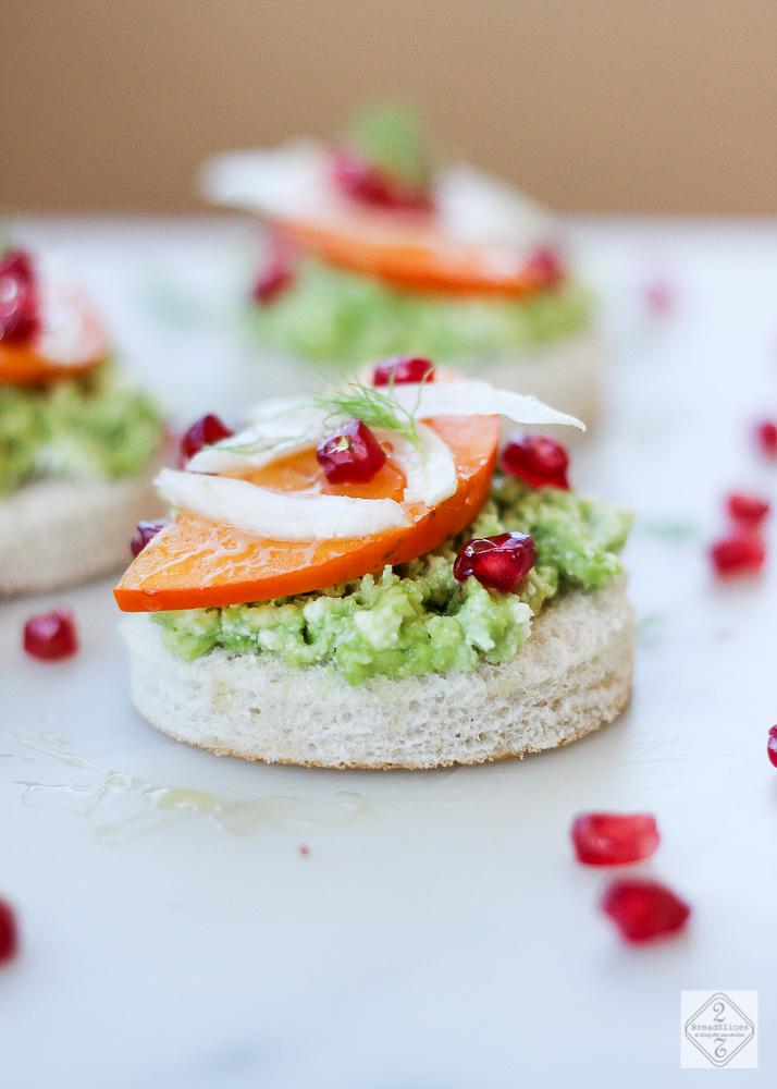 Open sandwich de fruta, verdura y queso