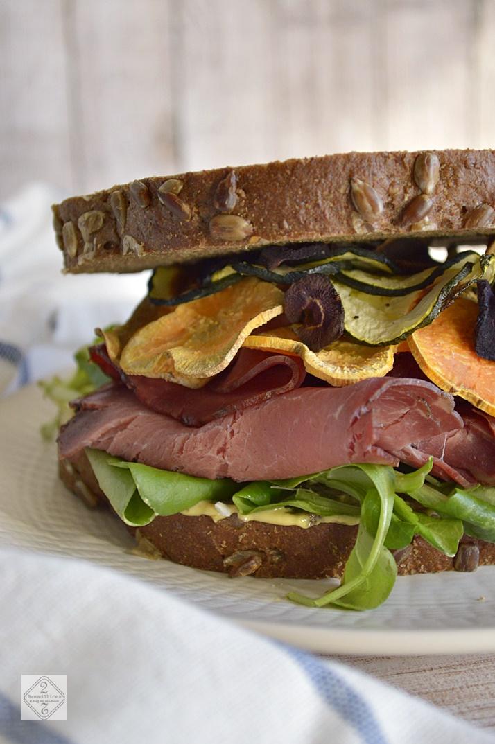 Sandwich de Roast Beef y Chips de Verduras