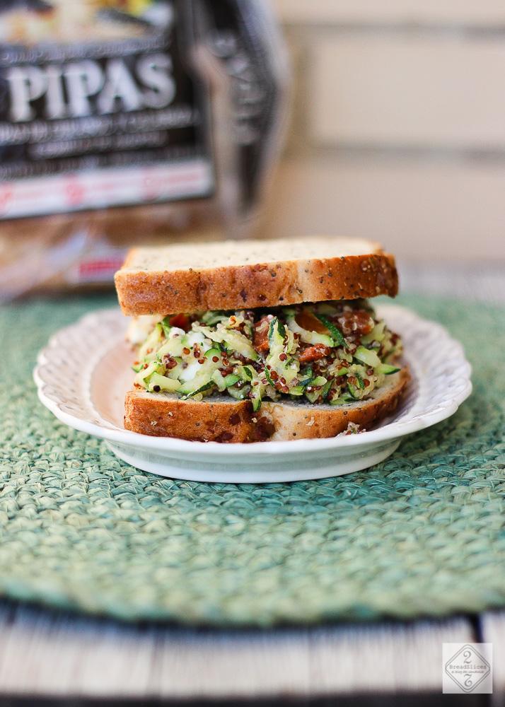 Sandwich de calabacín, quinoa, tomate y feta