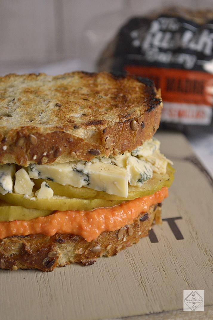 Sandwich con Hummus de Pimiento y Queso Stilton
