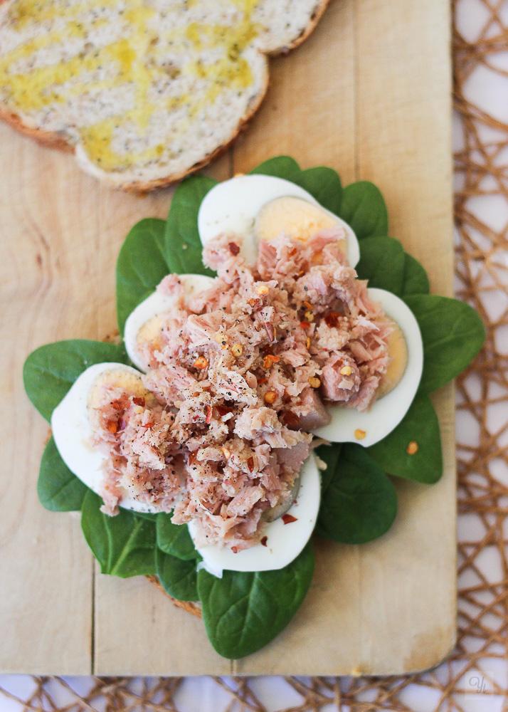 Sandwich de huevo, atún y espinacas