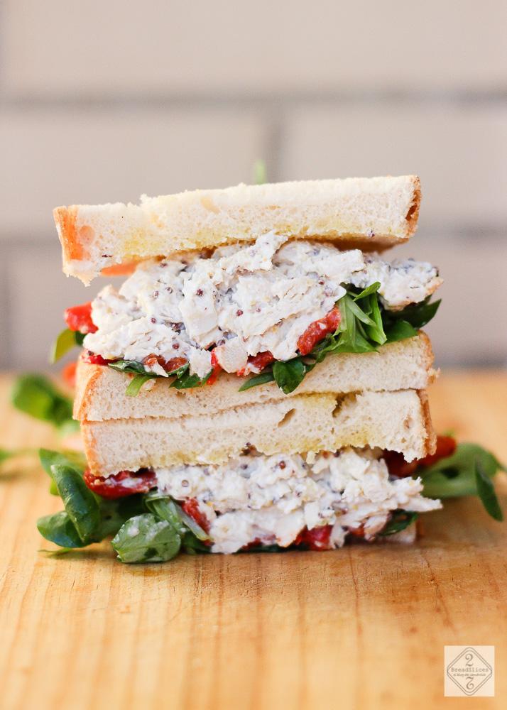 Sandwich de pimiento, pollo y salsa de mostaza