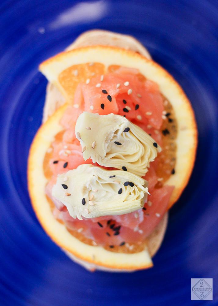 Open sandwich de salmón y alcachofa