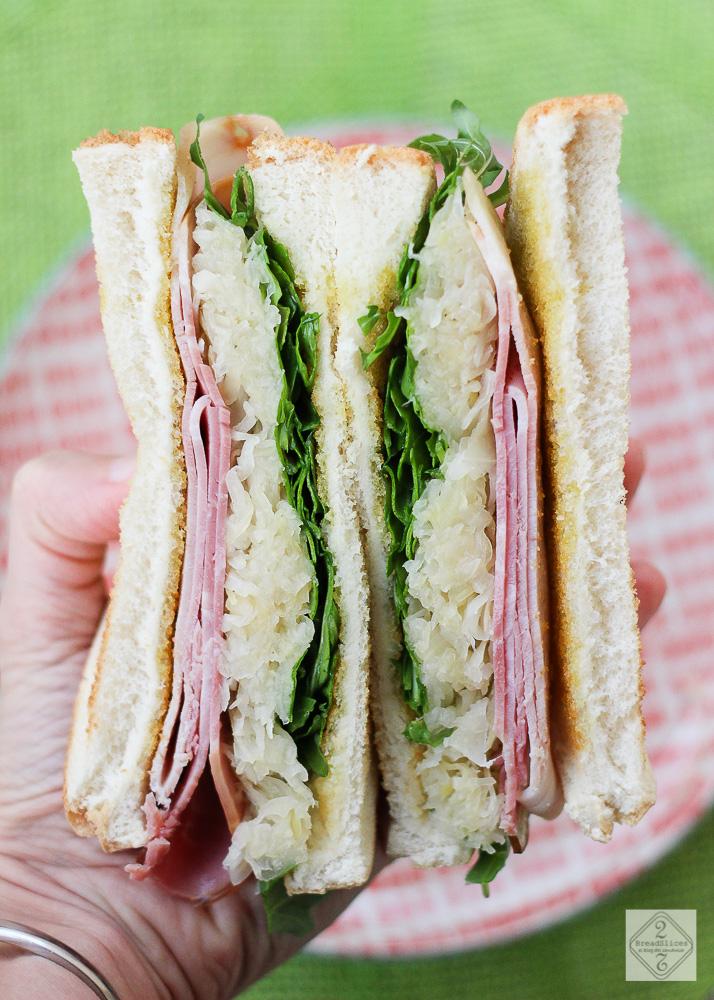 Sandwich de jamón, chucrut y rúcula