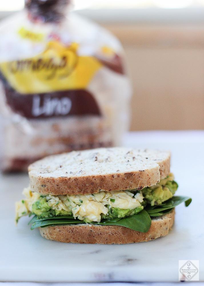 Sandwich de aguacate, huevo y espinacas