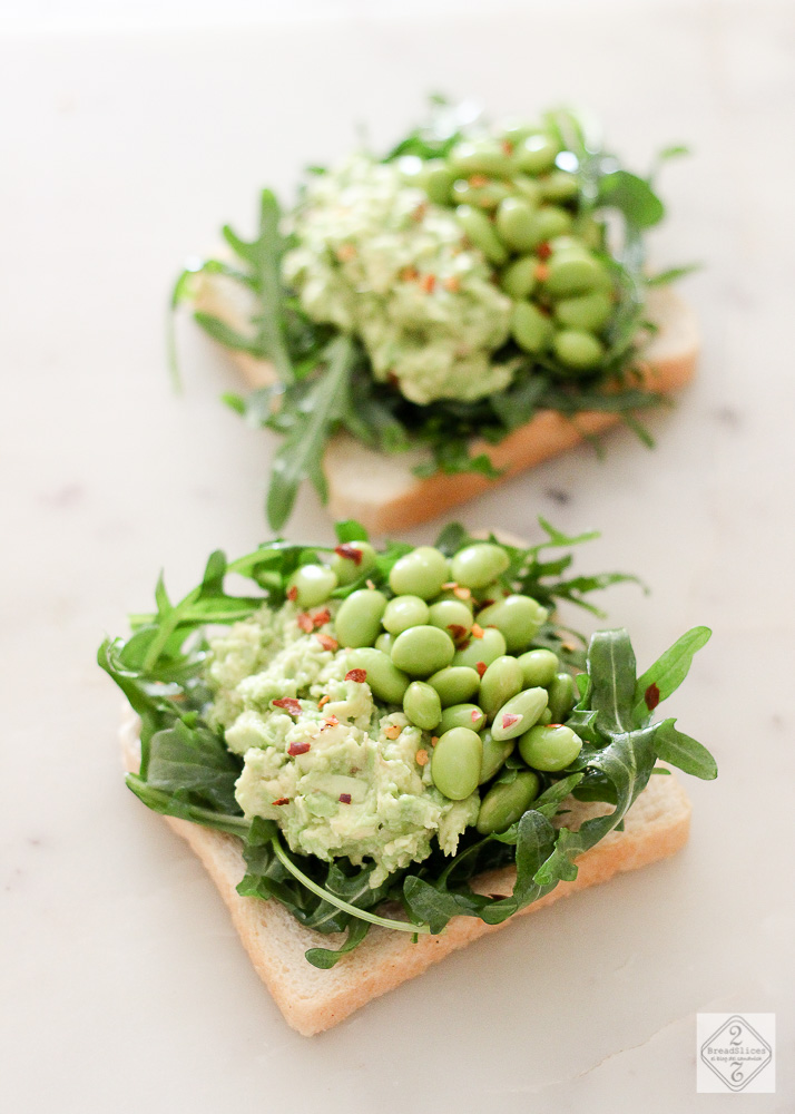Open sandwich de aguacate, edamame y rúcula