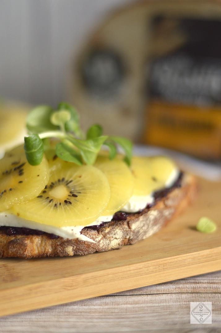 Open Sandwich de Kiwi, Queso de Cabra y Mostaza de Arándanos