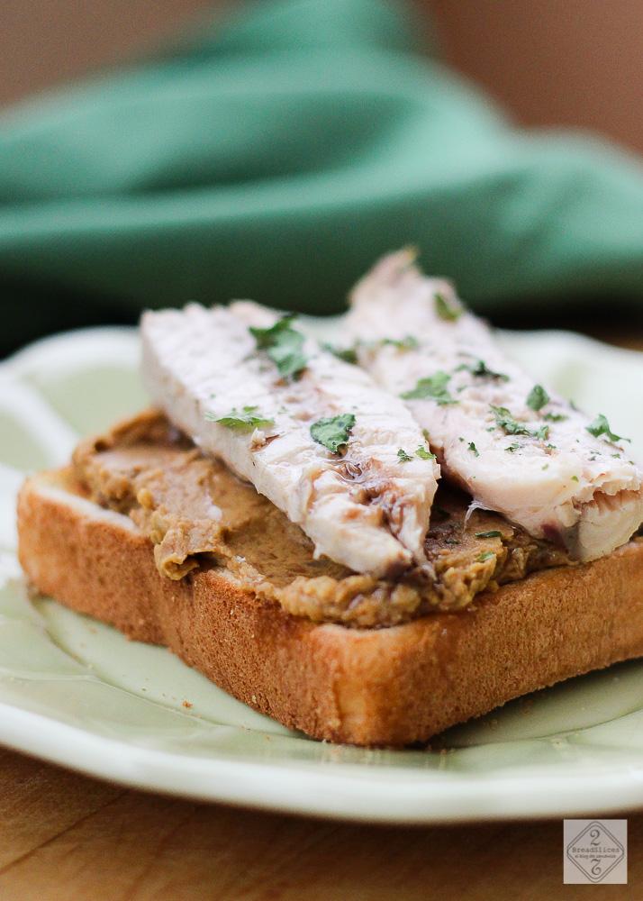 Open sandwich de lentejas y caballa
