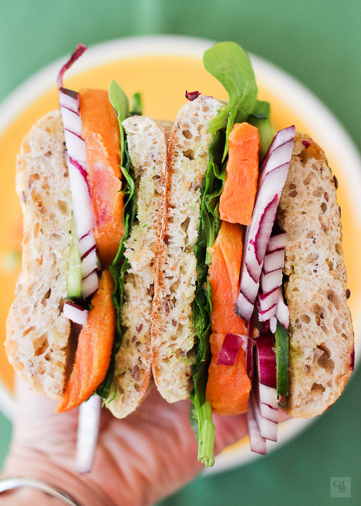 Sandwich de batata, espinacas y pepino