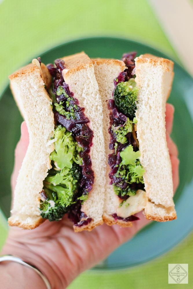 Sandwich de cebolla, brócoli y salsa picante