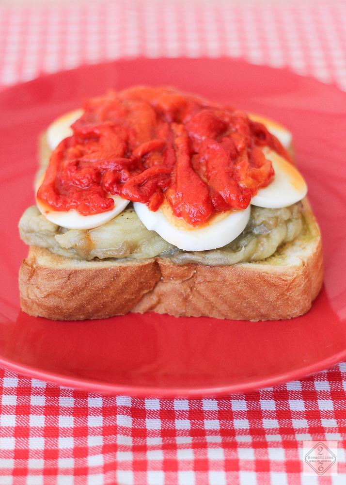 Sandwich de berenjena, pimientos asados y huevo