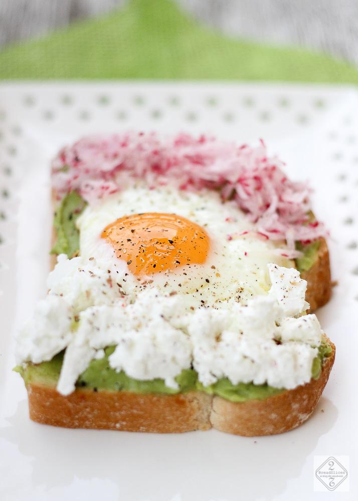 Open sandwich de aguacate y huevo