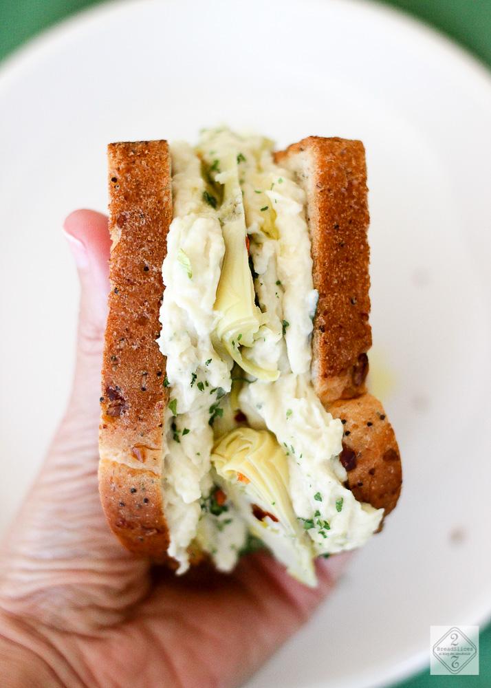 Open sandwich de judias y alcachofas