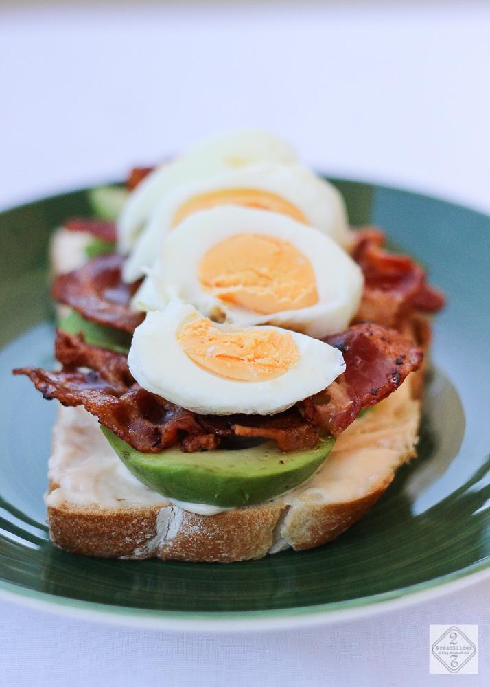 Open sandwich de aguacate, bacon y huevo
