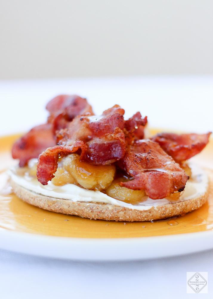 Open sandwich de plátano caramelizado y bacon