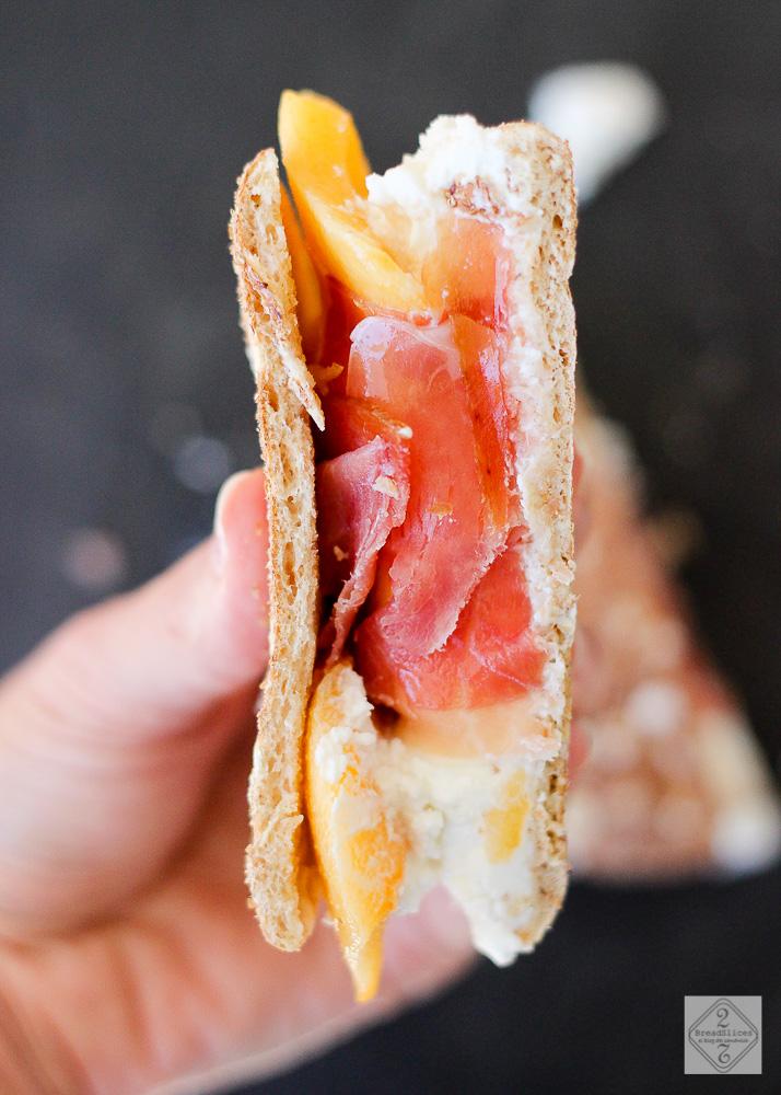Sandwich de queso de cabra, melocotón y jamón