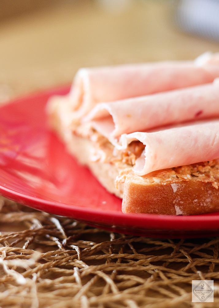 Sandwich de fiambre de pollo, tomate y feta