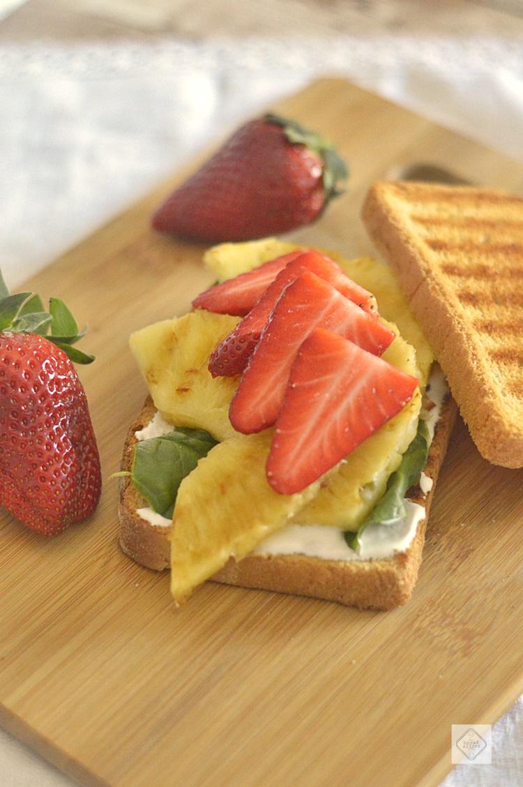 Sandwich de Piña, Fresas y Albahaca | 2 Bread Slices
