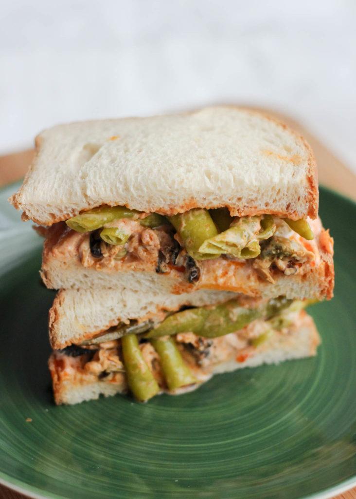 Sandwich de mejillones y piparras